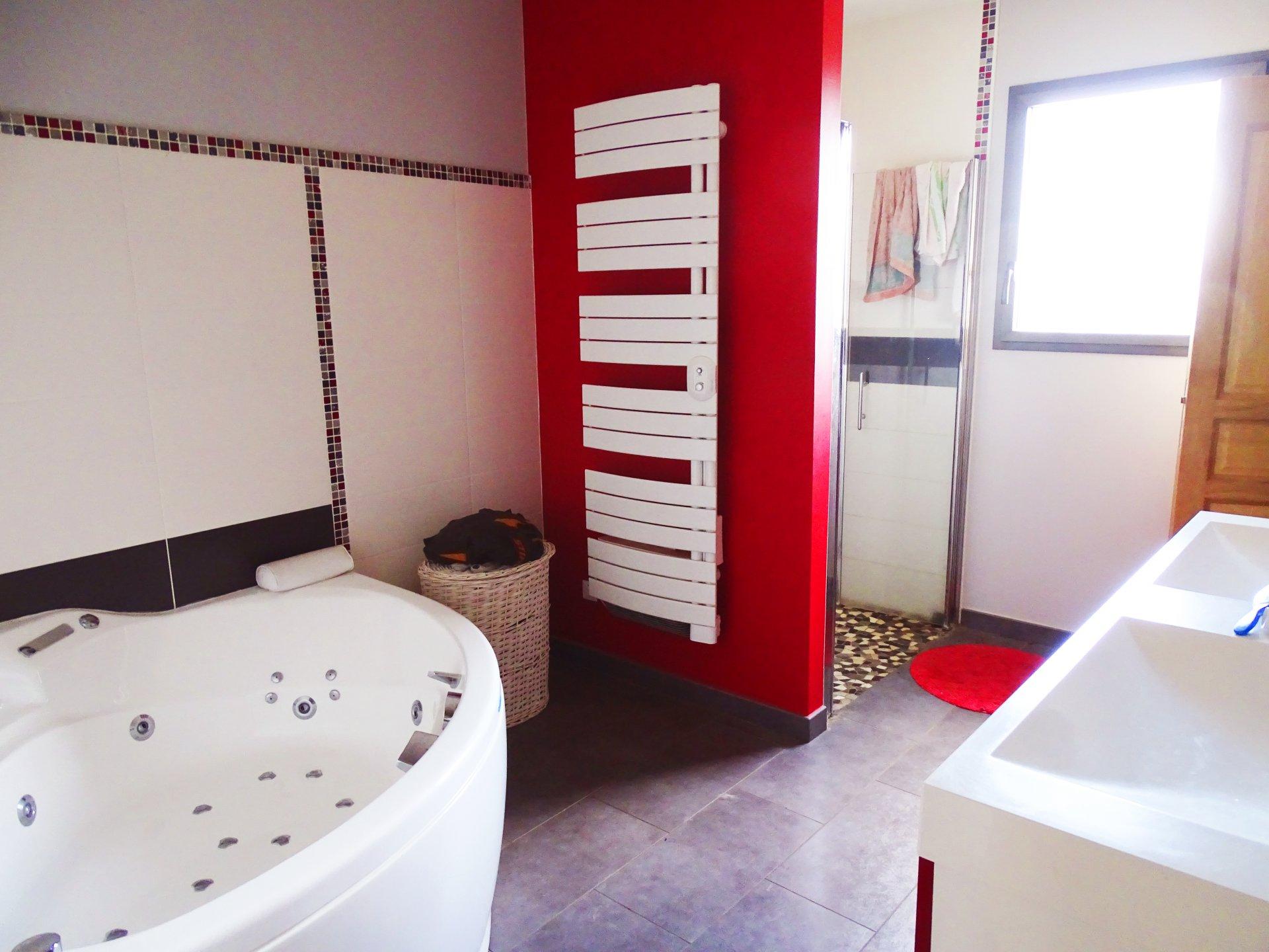 Dans un petit village au calme, 3 km cluny, venez découvrir cette belle villa entièrement rénovée en 2012 offrant une surface habitable de 160 m². Cette maison dispose d'une très belle pièce de vie de 70 m² avec cuisine équipée, une véranda, trois grandes chambres avec placards, une salle de bains avec baignoire balnéo et douche italienne, une buanderie, un toilette. Ce bien est également doté d'un sous sol complet (double garage, toilette, chaufferie, cave, une pièce de rangements). Cette maison bénéfice de prestations de qualités : huisseries en aluminium, volets roulants électrique, adoucisseur, VMC double flux, aspiration centralisée piscine avec nage à contre courant.... Le tout est implanté sur un terrain de 2000 m& environ. Environnement très calme, sans vis à vis et vue dégagée. A visiter sans tarder. Honoraires à la charge du vendeur