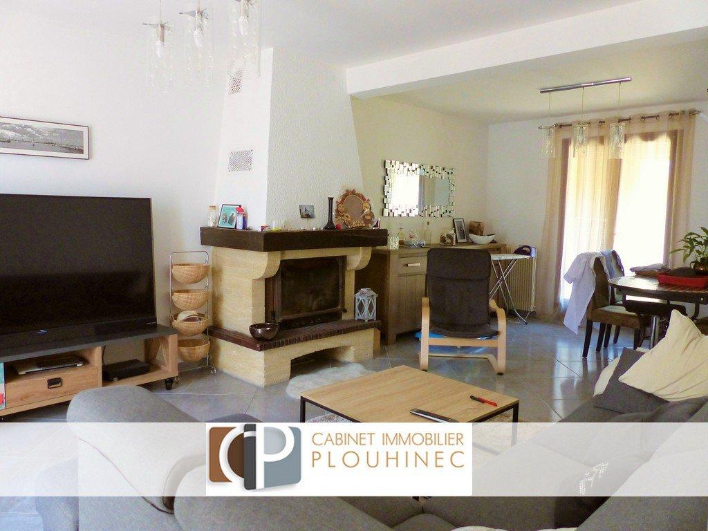 Mâcon, dans quartier résidentiel calme et à 5 mn des commodités de Flacé, maison construite en 82 et rénovée en 2016 d'une superficie d'environ 100 m².  Elle se compose en rez de chaussée, d'une grande entrée desservant un joli séjour traversant et d'une cuisine équipée donnant tout deux sur le jardin. A l'étage, elle dispose de 3 chambres, d'une grande salle de bain et d'un espace rangement.  Garage motorisé attenant avec petite véranda, jardin clôt de 390 m² et cave voutée enterrée.  Bonne opportunité !