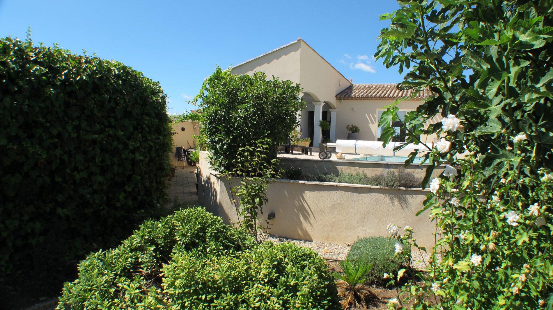 Villa i perfekt skick med garage och pool och enastående utsikt.