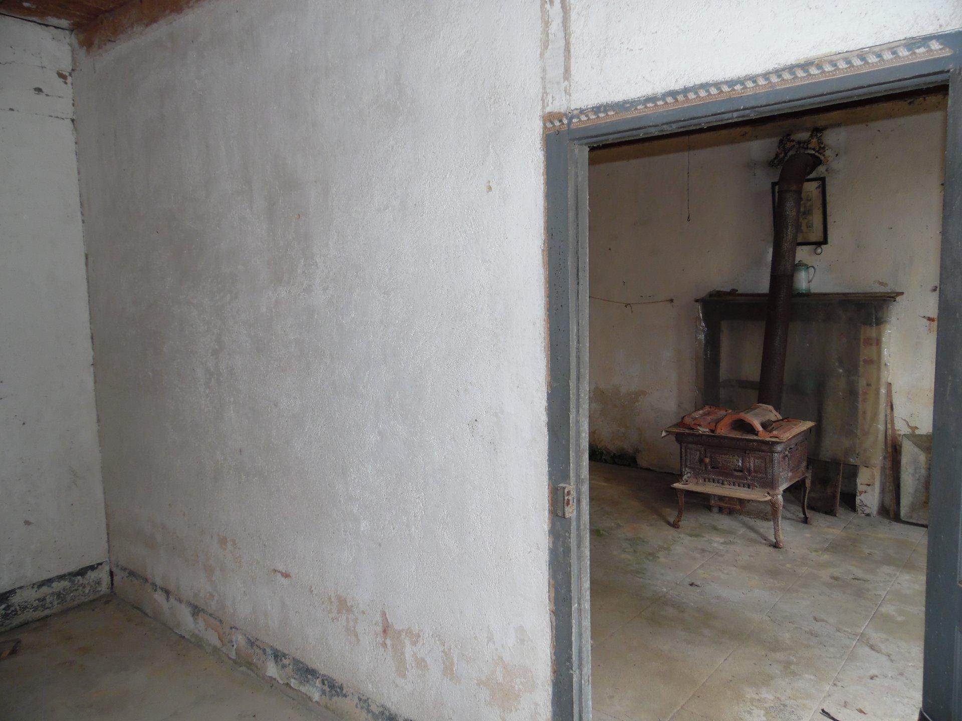 A vendre dans la Creuse, maison à rénover dans un beau hameau.