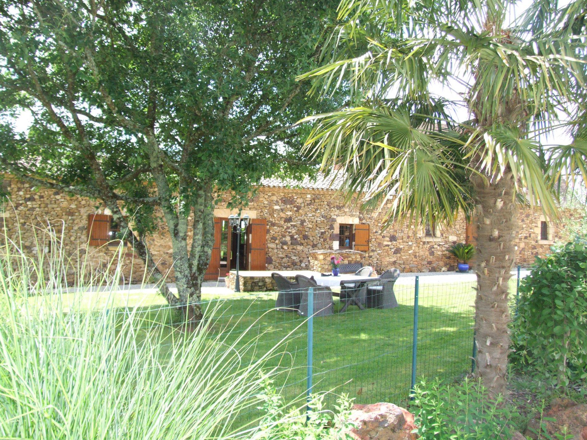 Hameau de maisons en pierres avec piscine