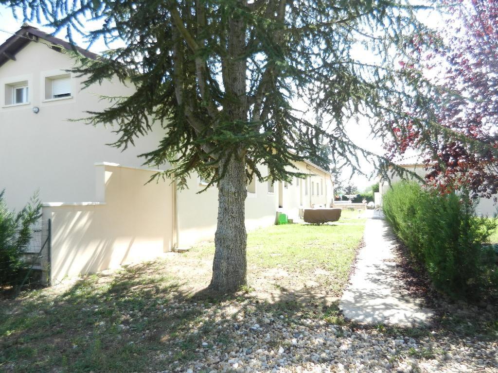 Maison attenante T4-5 - Jardinet clos - Parking