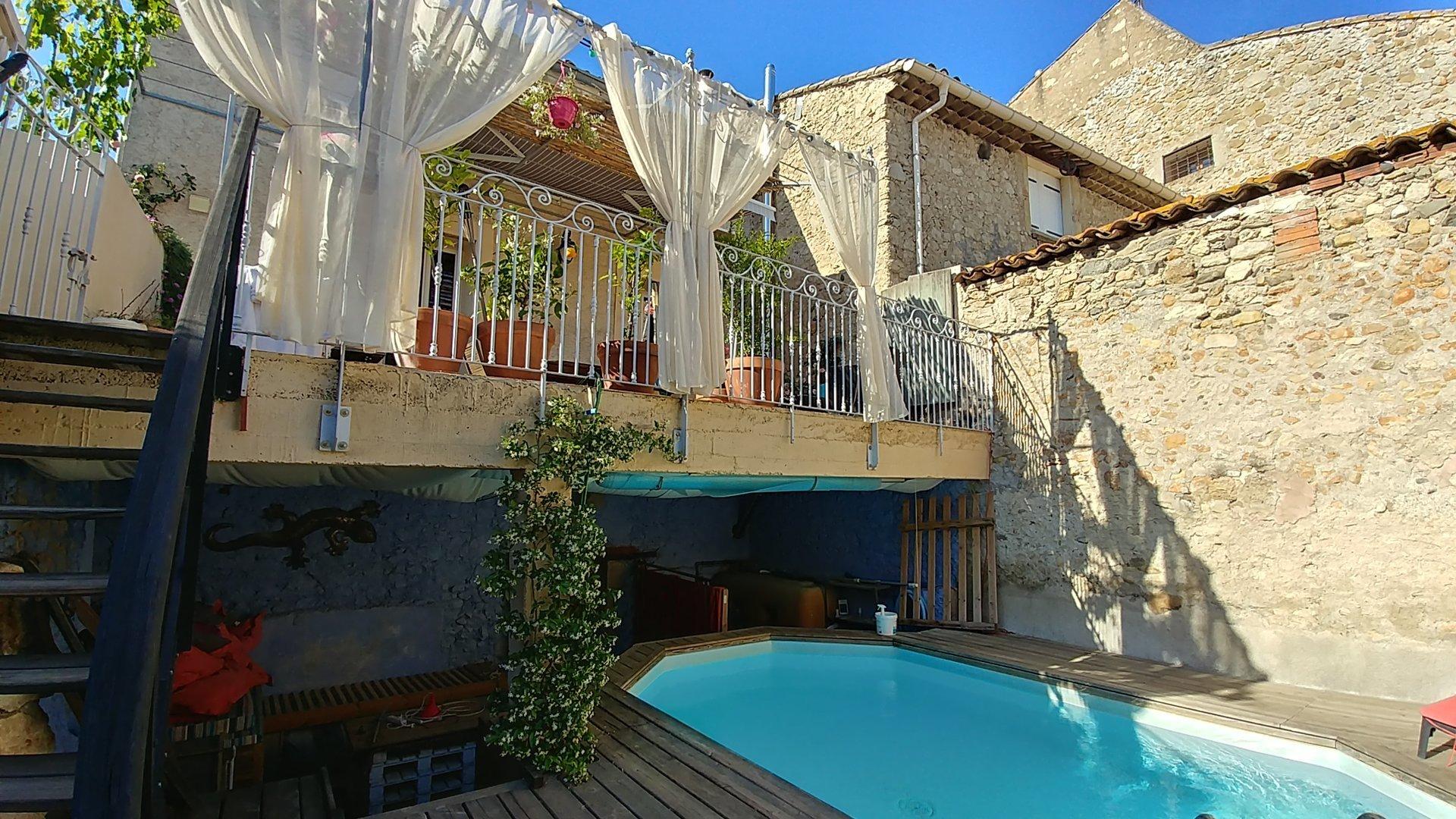 Vinbondehus med garage, terrass och pool