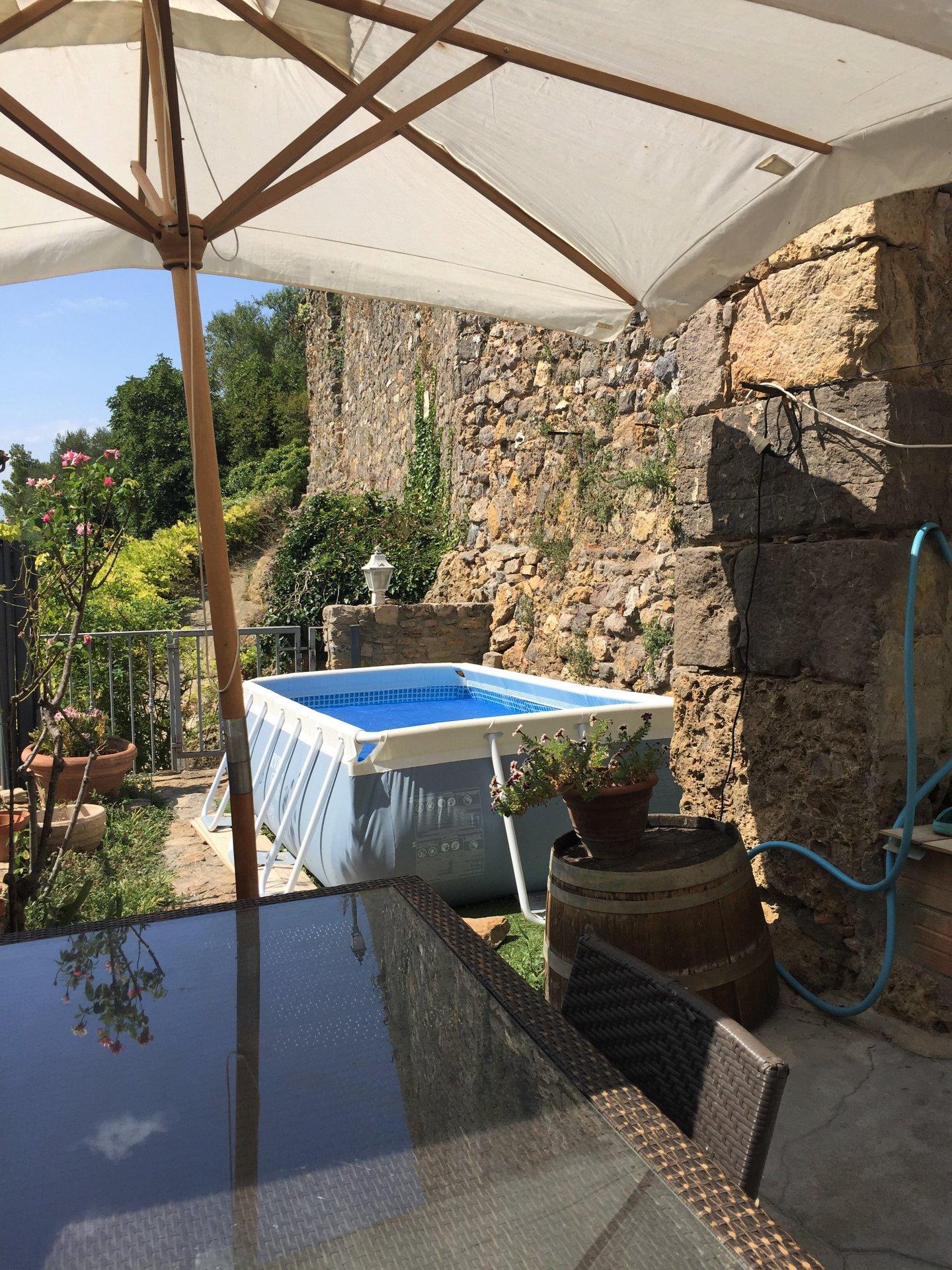 Maison de village avec terrasse avec jardin indépendant.