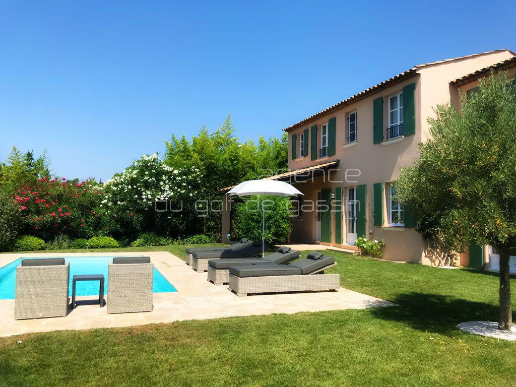 Family villa near St Tropez with heated pool