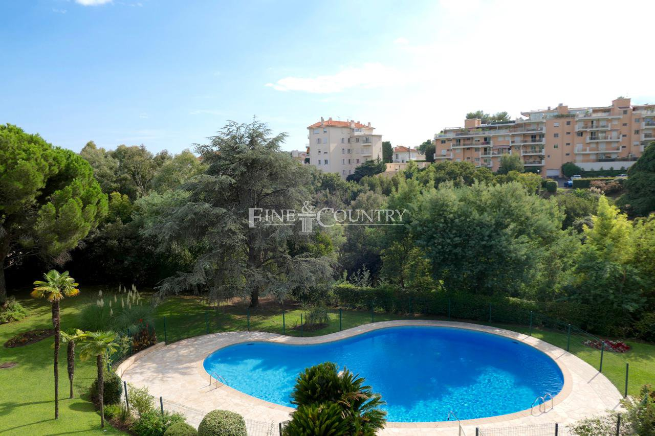 Topfloor apartment for sale in Petit Juas, Cannes