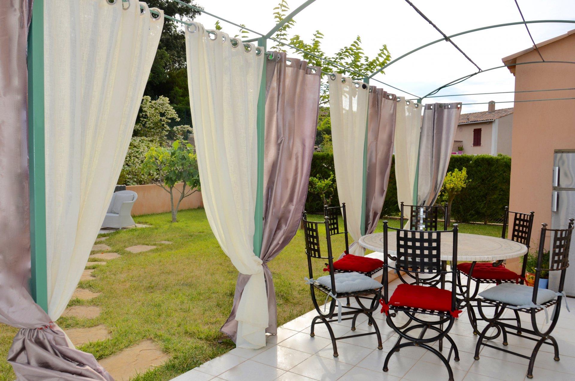 Charmante villa avec la piscine pour la vie et les vacances