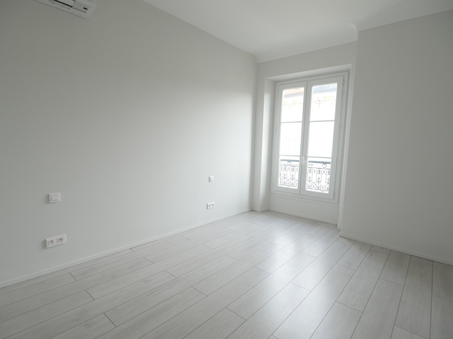 3 rooms  in Top Floor - Nice Flowers Area