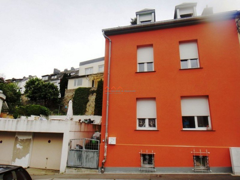 House 4 bedrooms in town + terrace (80m²) + 2 covered parking