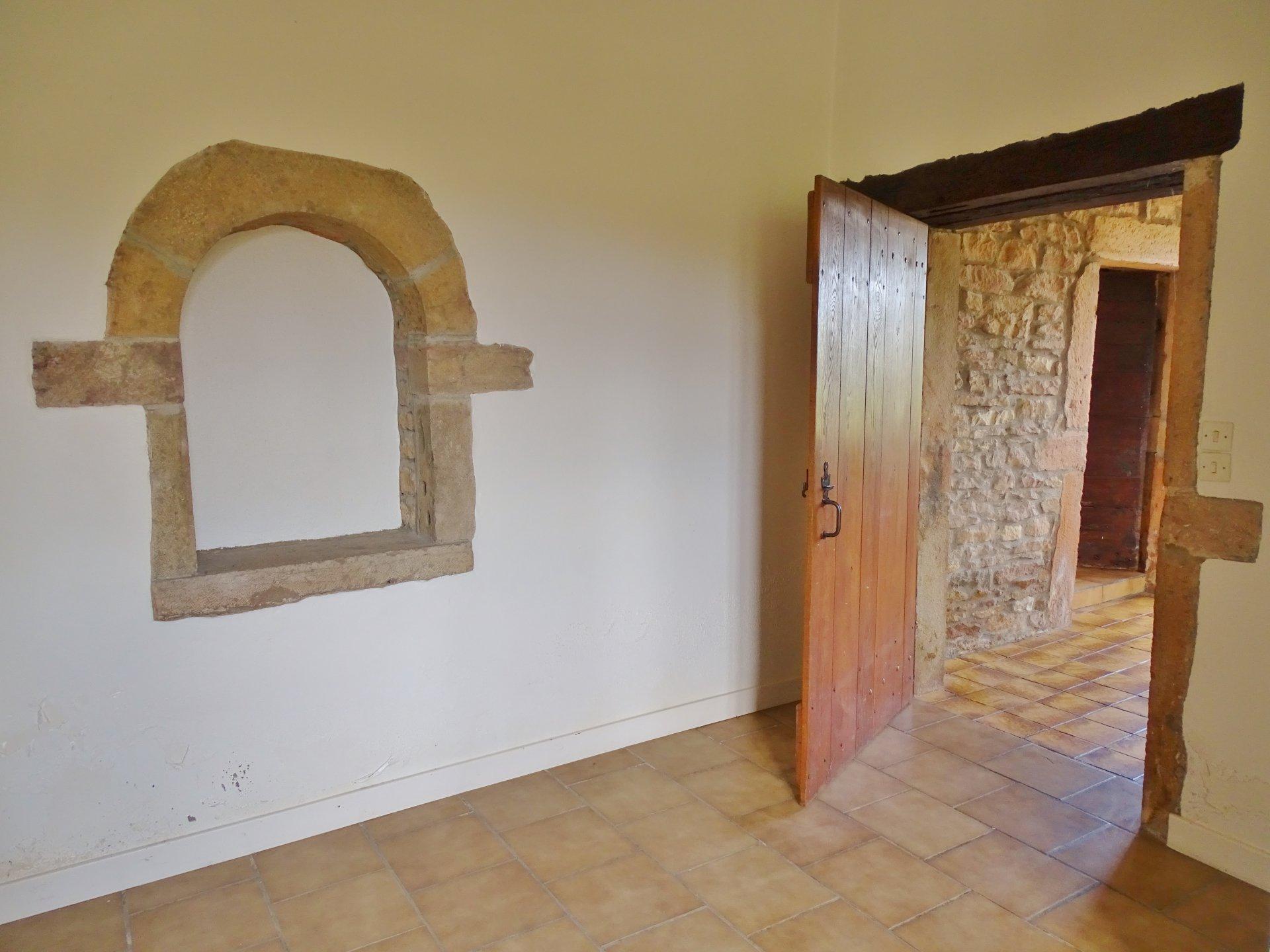 Située dans un secteur très prisé de Charnay, cette maison en pierre saura vous séduire par son charme et son grand potentiel. Un bel escalier en pierre dessert un hall d'entrée donnant sur un charmant séjour et une cuisine séparée par une simple cloison (pour un total de 33,5m²). L'espace nuit offre 4 chambres ainsi que la salle de bains. De plain pied vous disposerez de 50 m² supplémentaires répartis actuellement en 3 pièces plus 2 salles de bains et WC. Chauffage au gaz basse consommation. Un abris pour voiture et une petite dépendance de 20m² complètent l'ensemble sur un terrain de 700 m² environ. Honoraires à la charge des vendeurs.