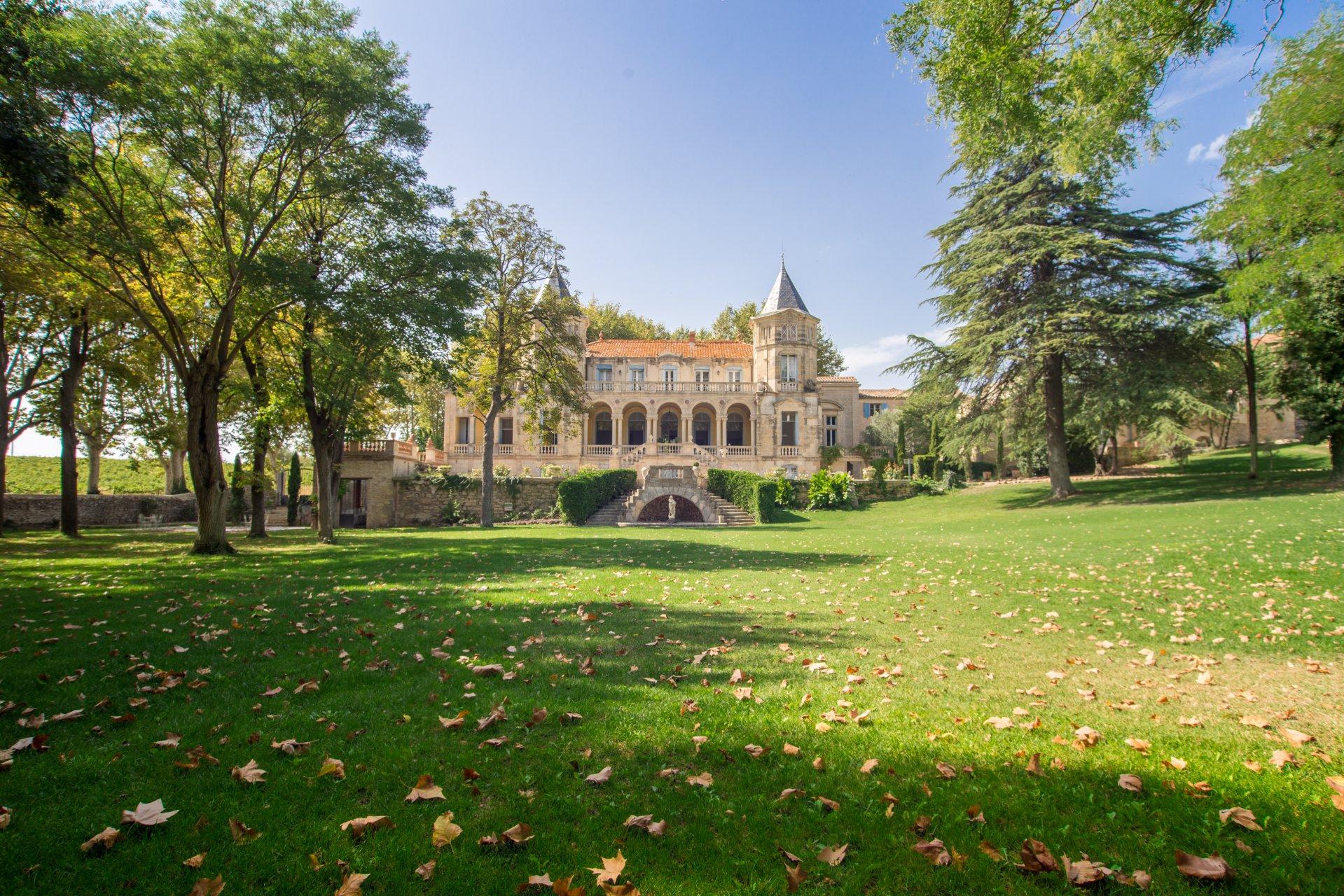 château ; parc ; arbres ; espace ; vert ; extérieur ; jardin ; feuilles ; entrée ; escaliers