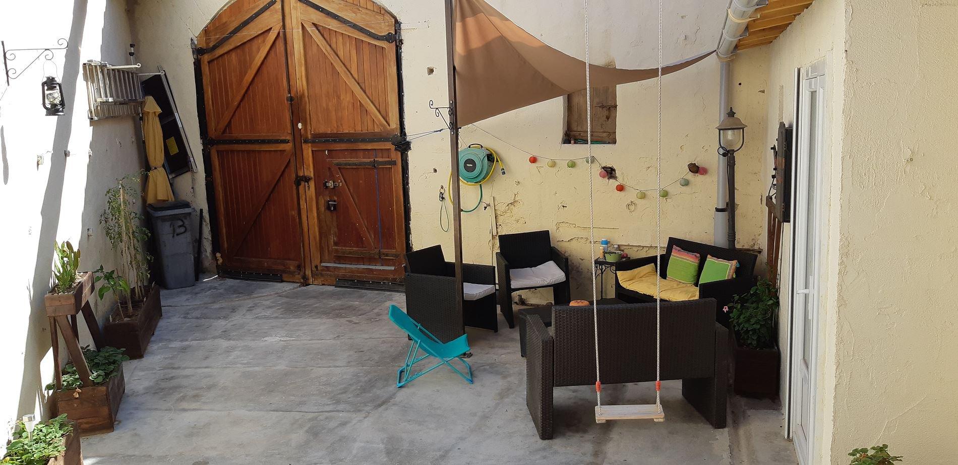 Fint vinbondehus med stort garage och innergård