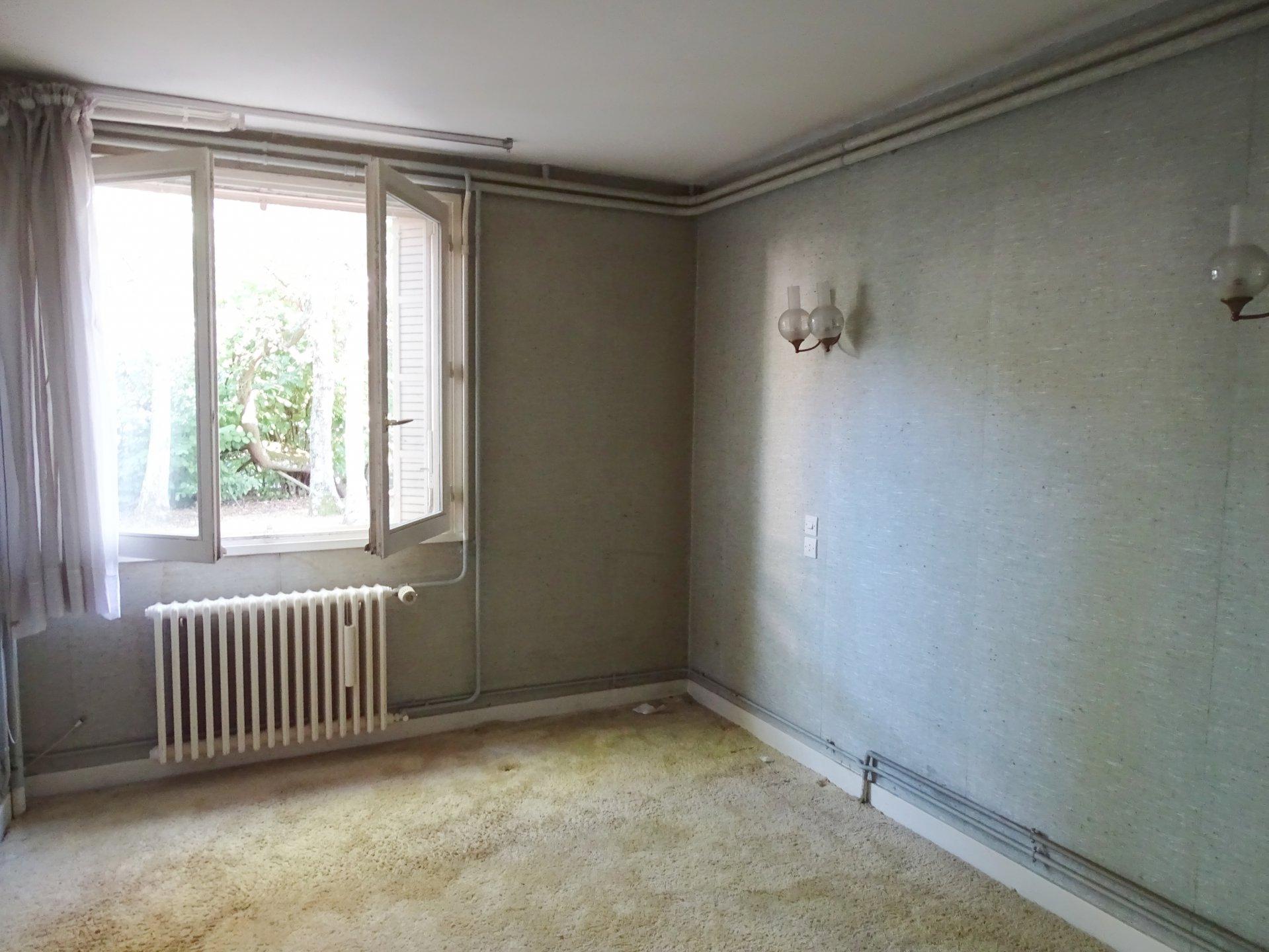 Mâcon, dans un quartier résidentiel au calme, venez découvrir cette maison offrant une surface habitable de 140 m². Elle dispose d'un bel espace vie avec terrasse, cuisine équipée, deux chambres, salle de bains, wc et dressing. Au rez-de-chaussée, vous trouverez une chambre, une cuisine d'été (possibilité d'une 4ème chambre), dégagement, buanderie avec toilettes, cave, garage. Cette maison est implantée sur un terrain de 1150 m², clos, arboré, et sans vis à vis. A découvrir rapidement. Honoraires à la charge des vendeurs.