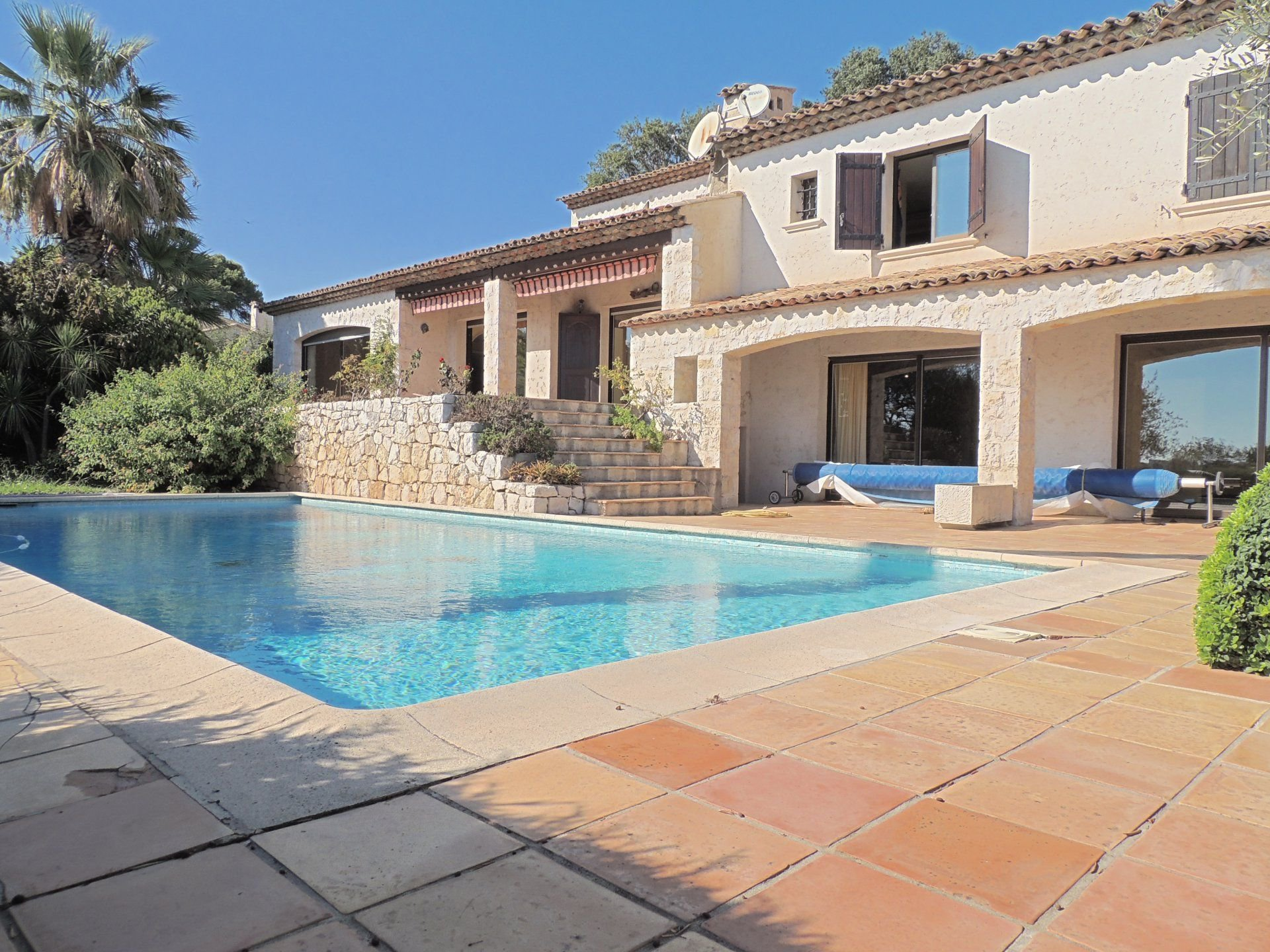 ANTIBES PROPERTY OF 295 M² SETS ON 2280 M²