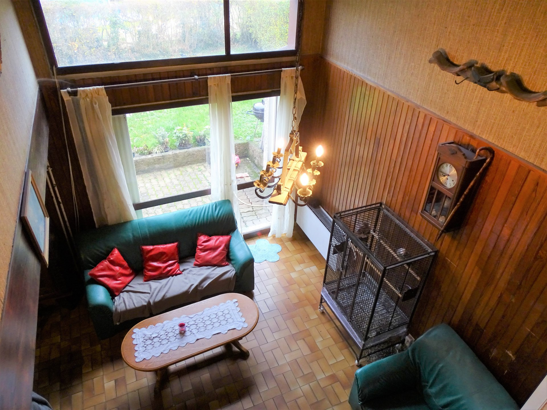 Dans quartier résidentiel sur Mâcon, maison à rénover d'environ 95 m² avec garage attenant.  Elle se compose au  rez de chaussée, d'une entrée, d'une cuisine aménagée, d'une chambre et d'un séjour ouvert sur la terrasse. A l'étage, elle dispose de 3 chambres et d'une salle de bain.  Joli jardin clôt et sans vis à vis de 290 m².  Travaux à prévoir mais beau potentiel ! Honoraires à charge vendeurs