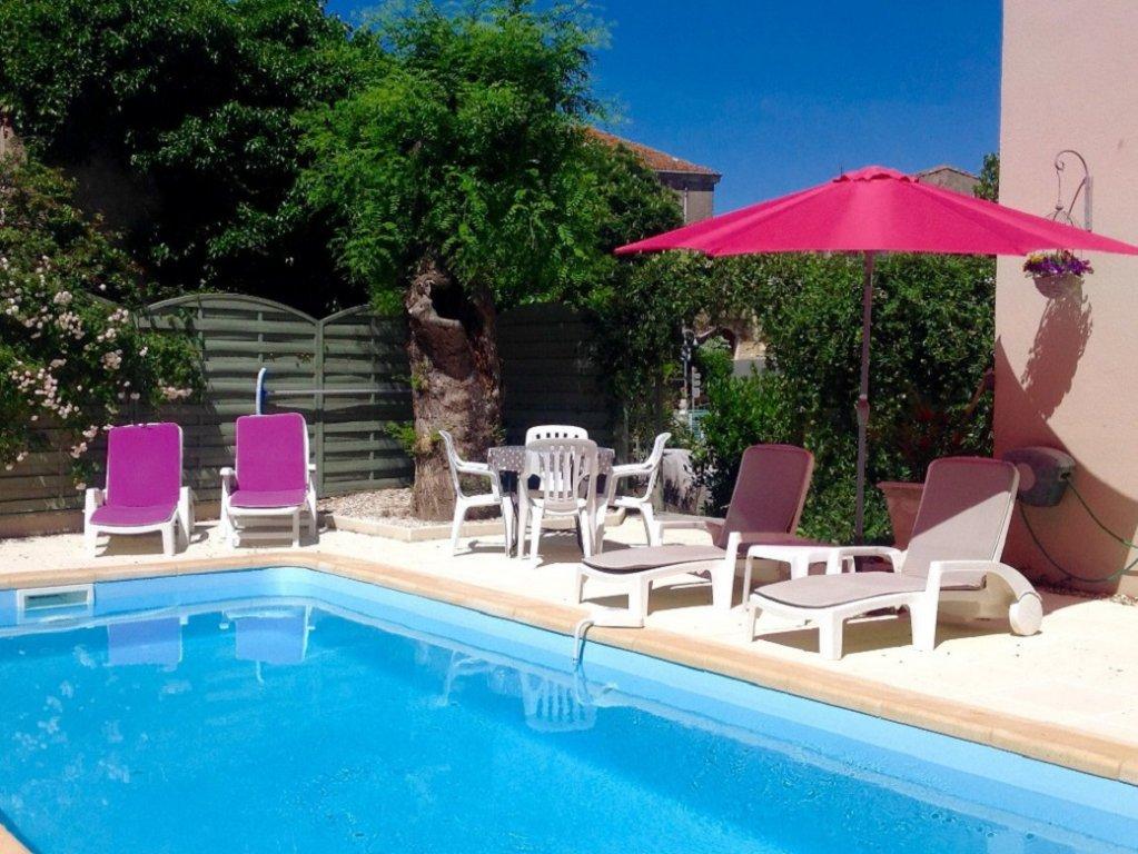 Magnifikt vinbondehus med trädgård och pool