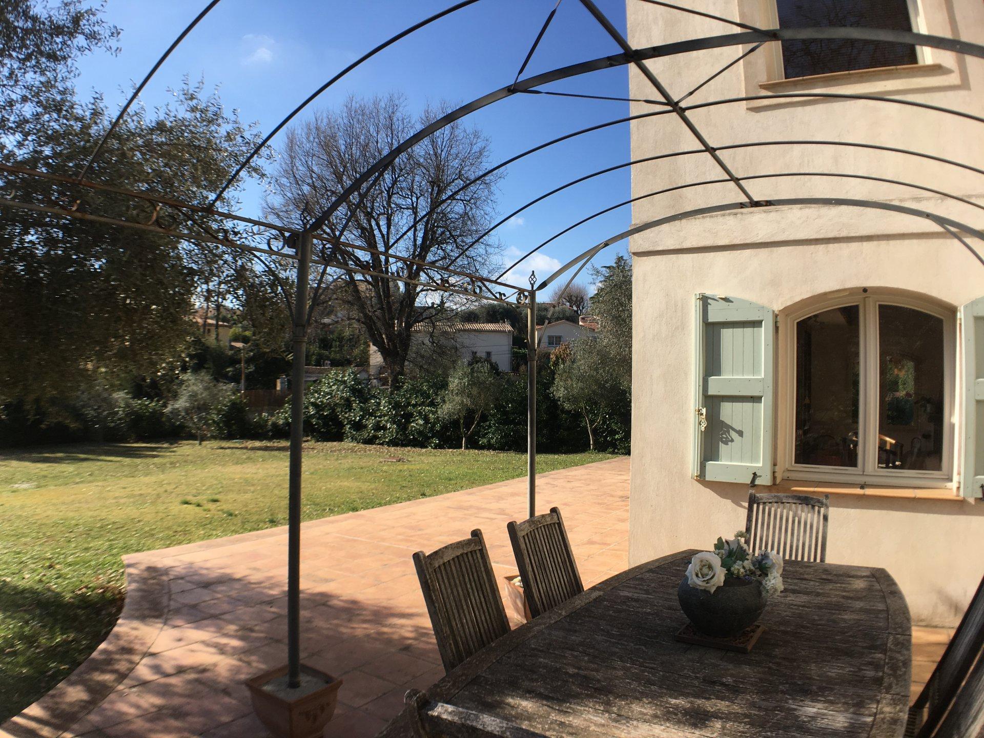 Продажа Бастид, типичный южный дом - Рокфор-ле-Пен (Roquefort-les-Pins)