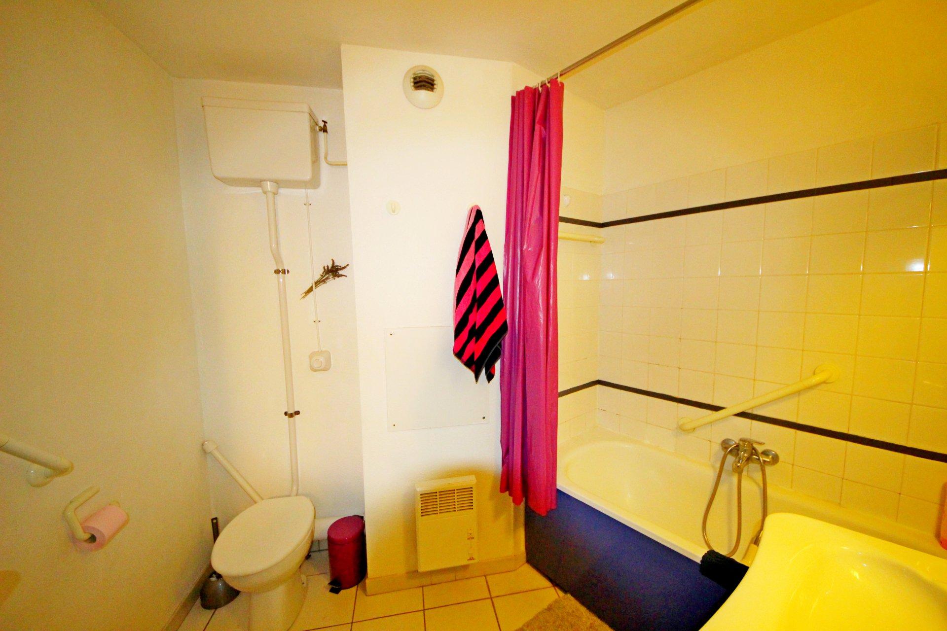 La salle de bain avec baignoire de l'appartement de Cap Estérel