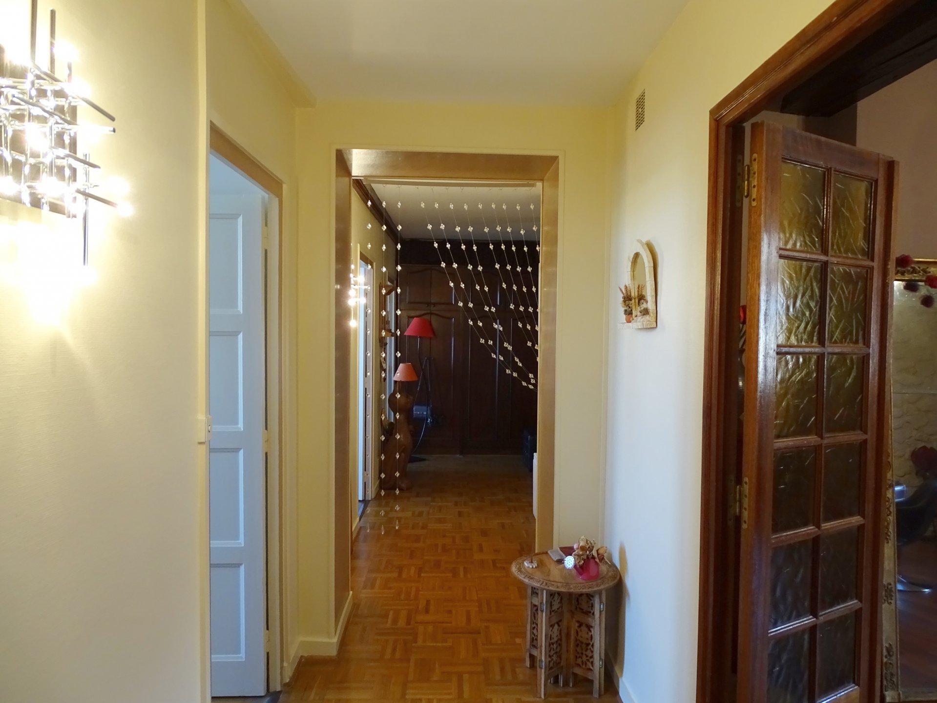 Mâcon, au pieds des commerces et commodités, au 3ème et dernier étage d'une petite copropriété, venez découvrir cet appartement de charme offrant une surface habitable de 107 m². Il est doté d'une vaste entrée, une agréable cuisine équipée avec son coin repas, un spacieux salon, deux chambres, dressing, et une salle de bains avec toilette. Appartement en parfait état qui sera vous séduire par sa rénovation de qualité, son emplacement et sa vue panoramique sur la Saône. Bien sous au régime de la copropriété (46 euros/mois, 10 lots principaux). Honoraires à la charge du vendeur. A visiter sans tarder!!