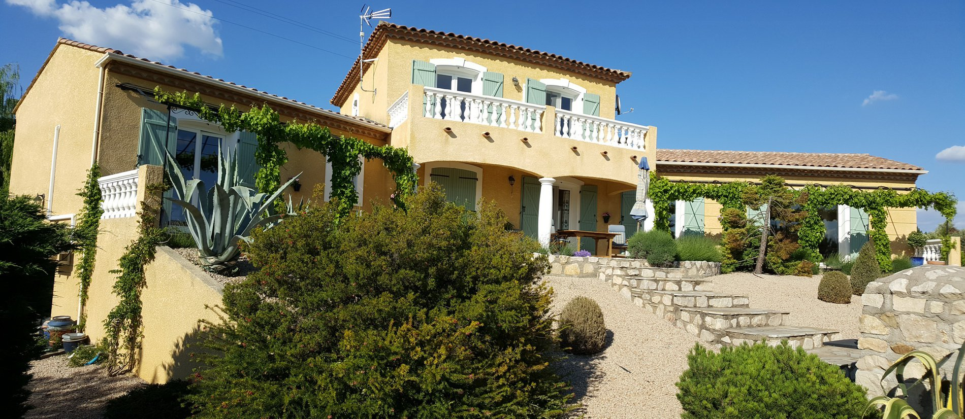 Villa with big garden, double garage and pool and views