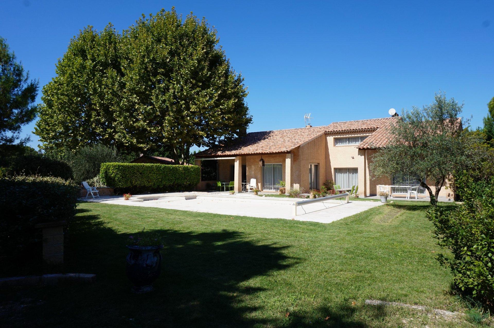 Jolie villa 250 m2 avec grand jardin clôturé, pisicne