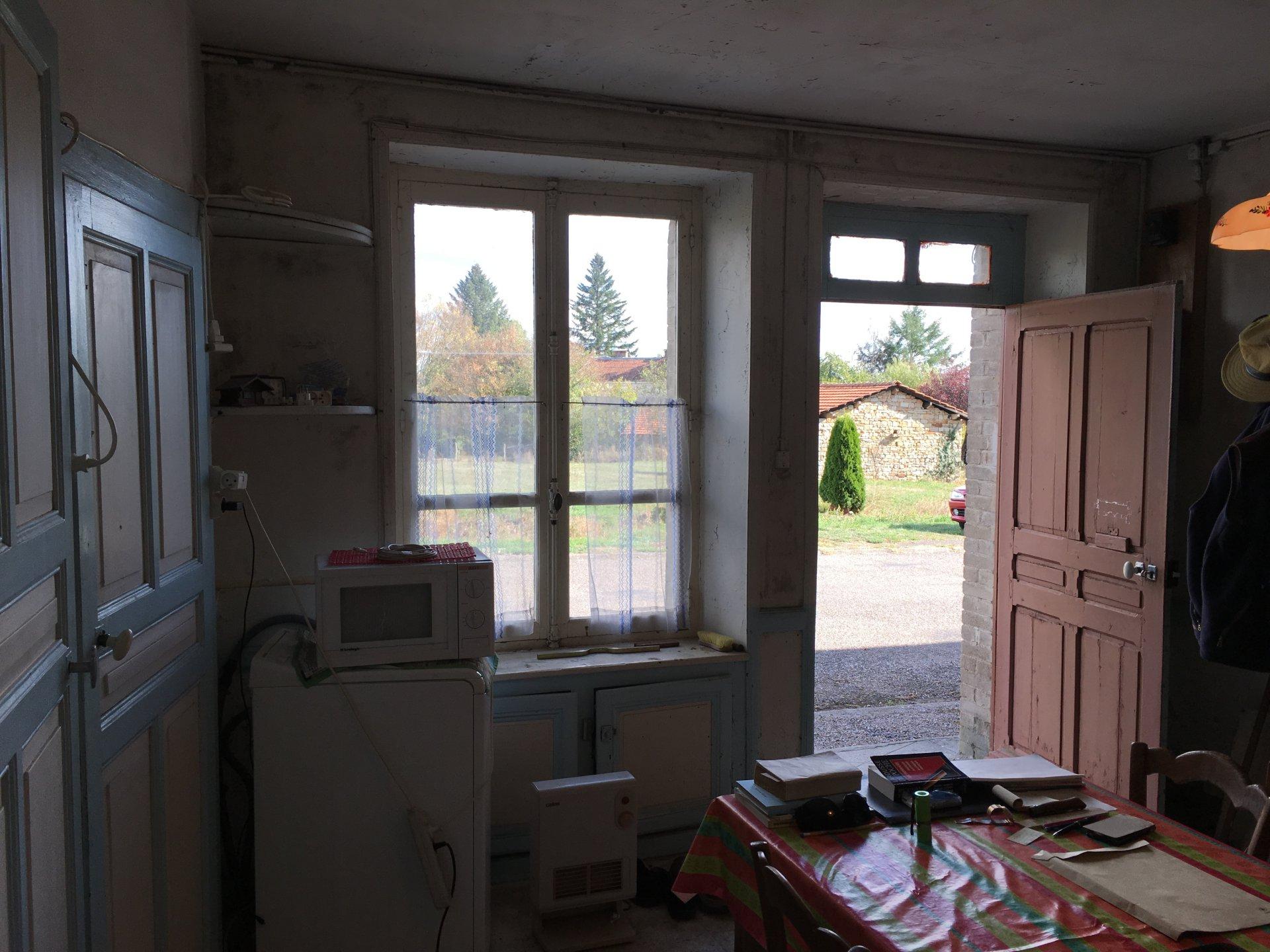 Sympathique maison, dans la Haute-Saône, à l'extrémité du village, avec grange espacieuse et terrain.