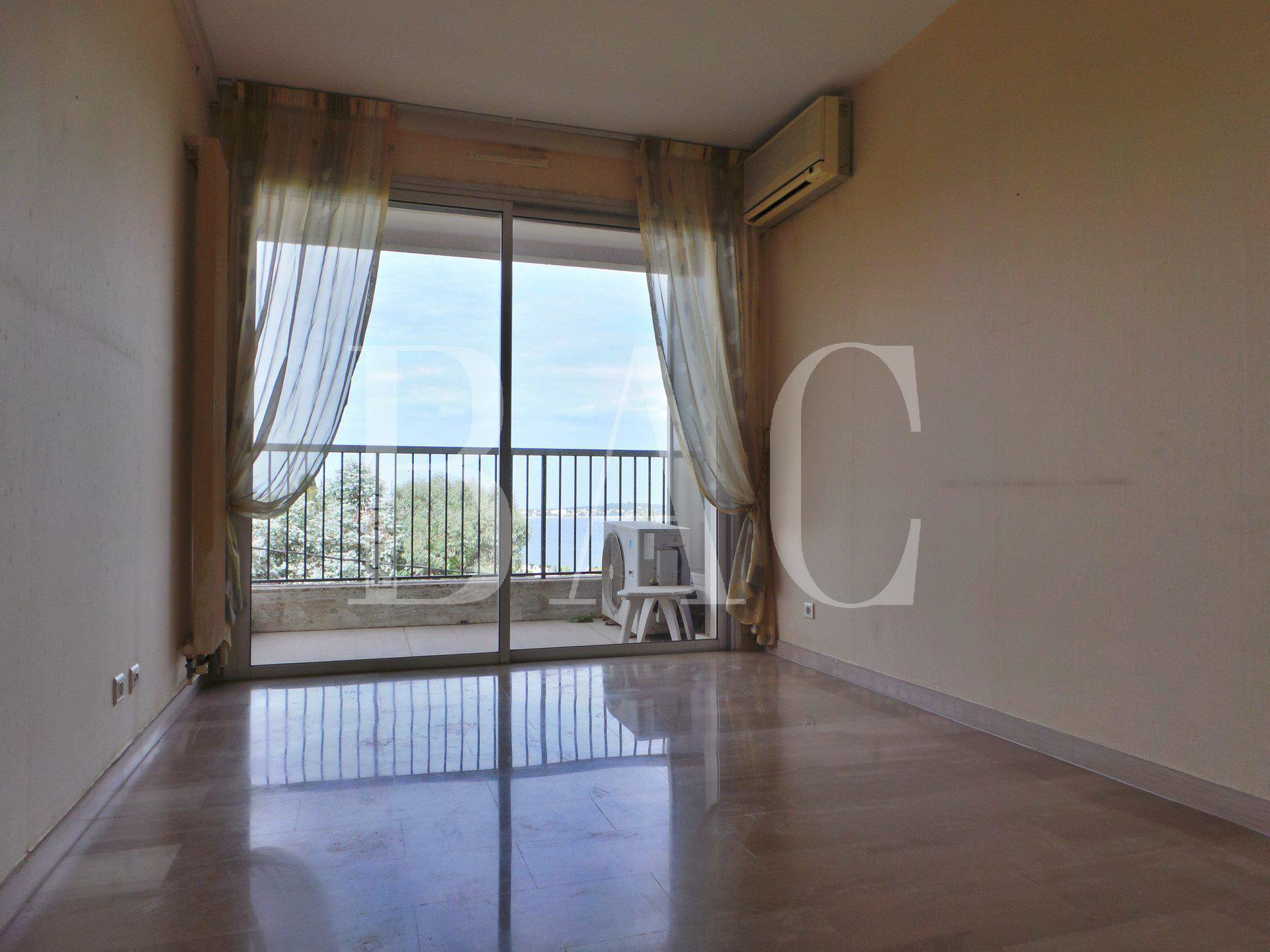 Appartement à rafraichir et avec vue mer latérale depuis la terrasse et une chambre