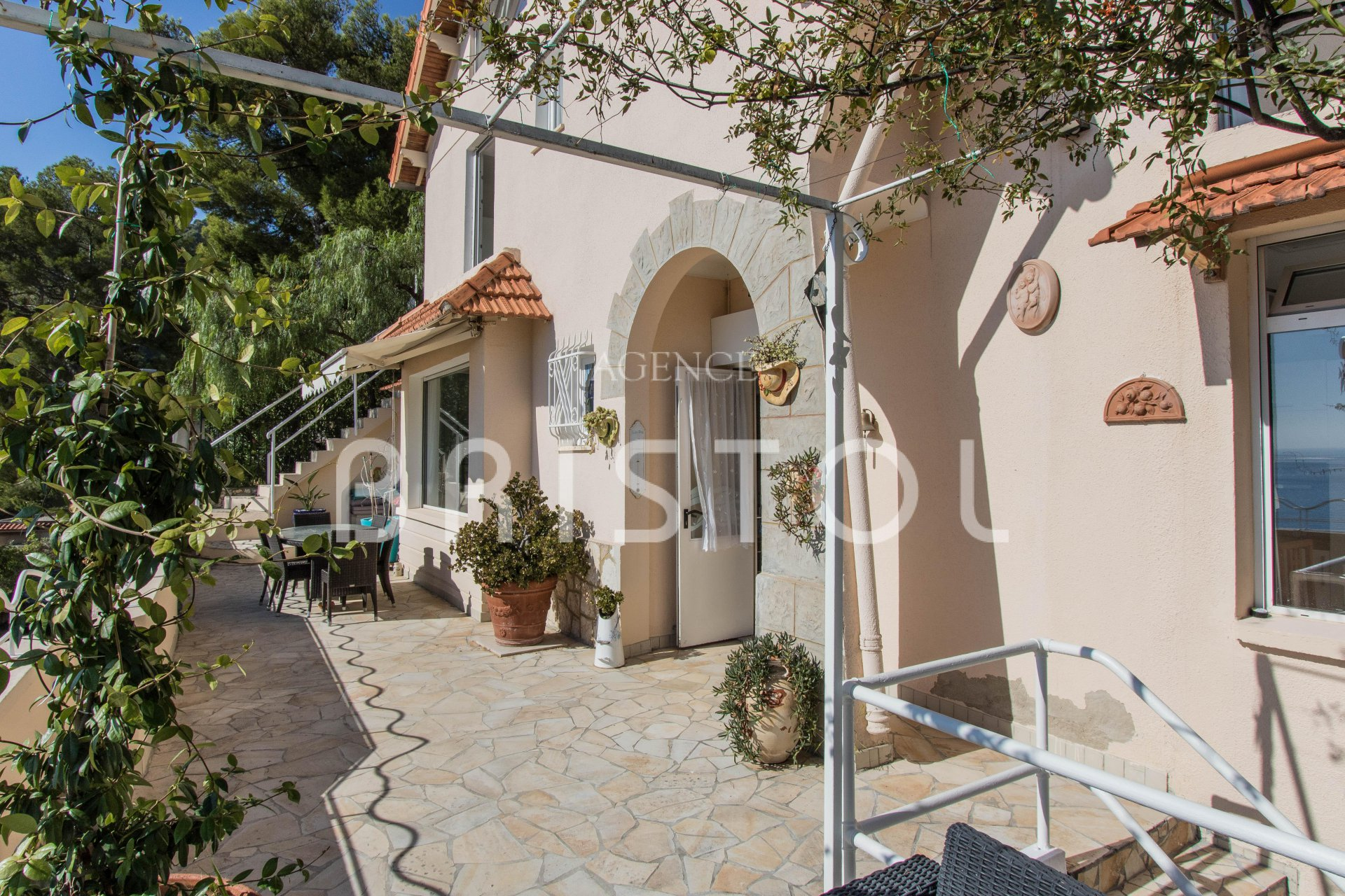 Villa for sale in Eze Seaside with panoramic view onto the Bay