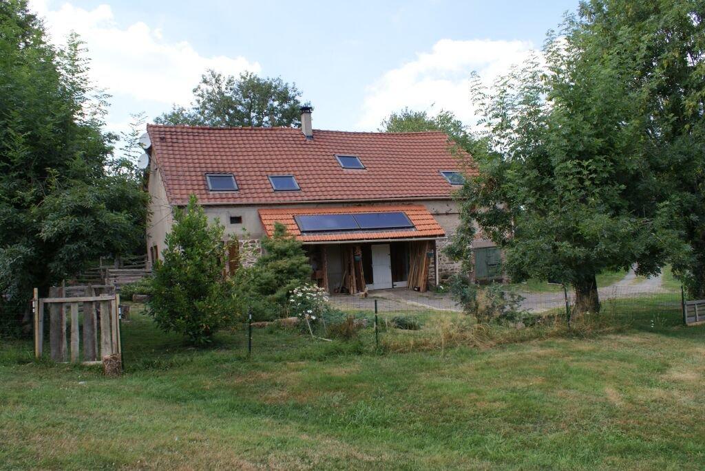 A vendre dans l'Allier, fermette avec grange, dépendances et 1.5 hectare de terrain.