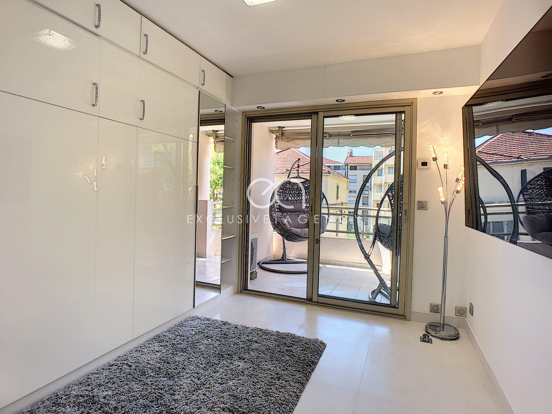 Cannes near downtown 2 rooms 50m2 with terrace 20sqm for 1 to 2 people.