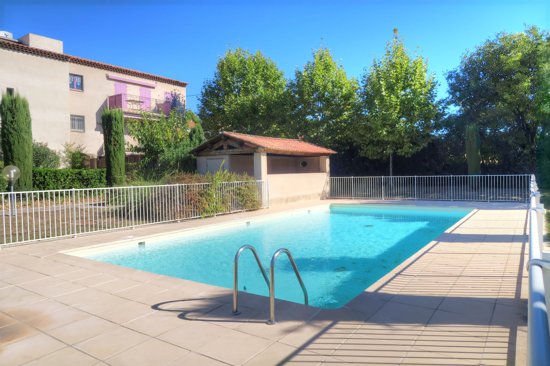 Spacious apartment in private residence with pool in Lorgues
