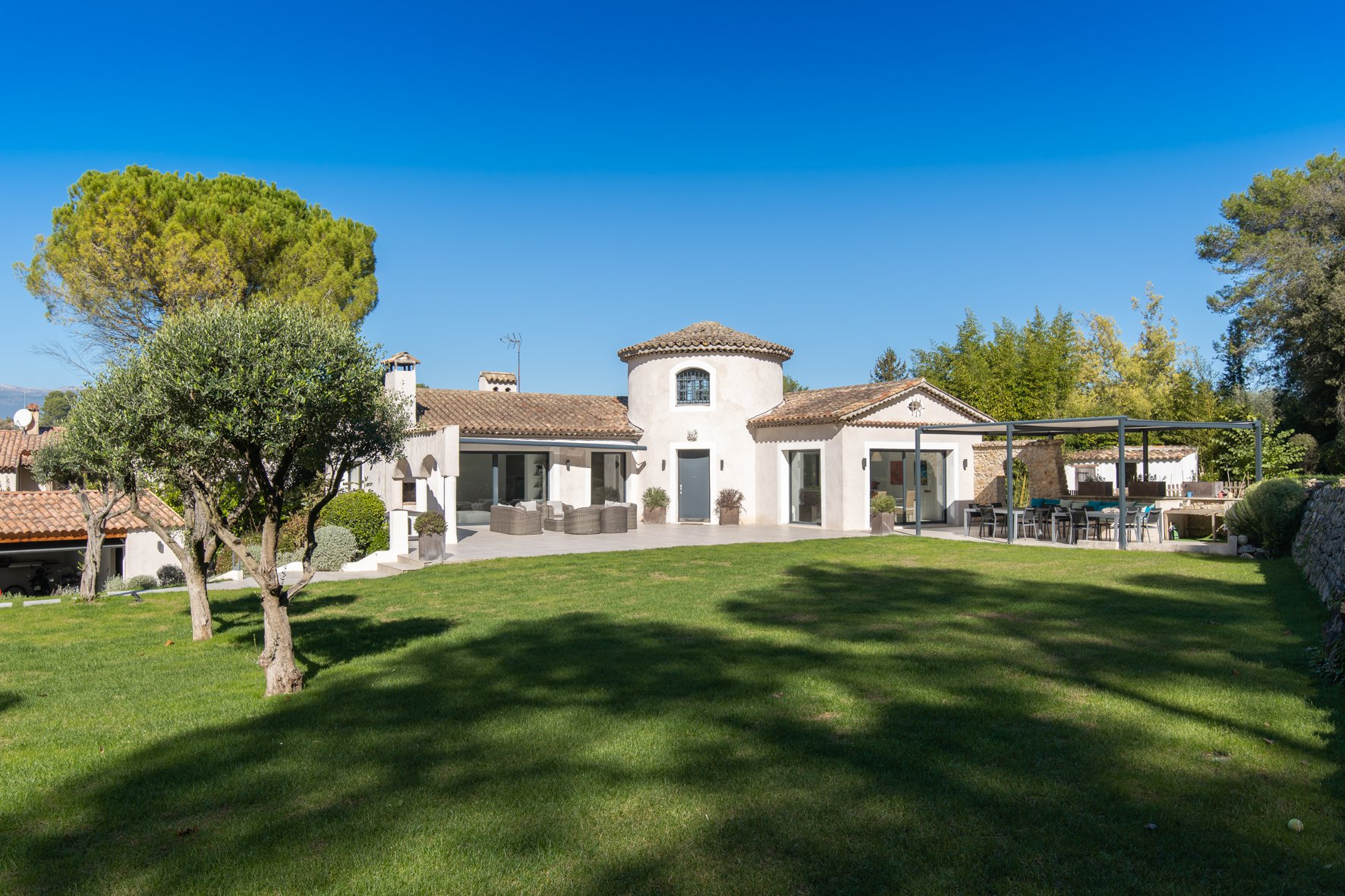 MOUGINS - BEAUTIFUL RENOVATED VILLA