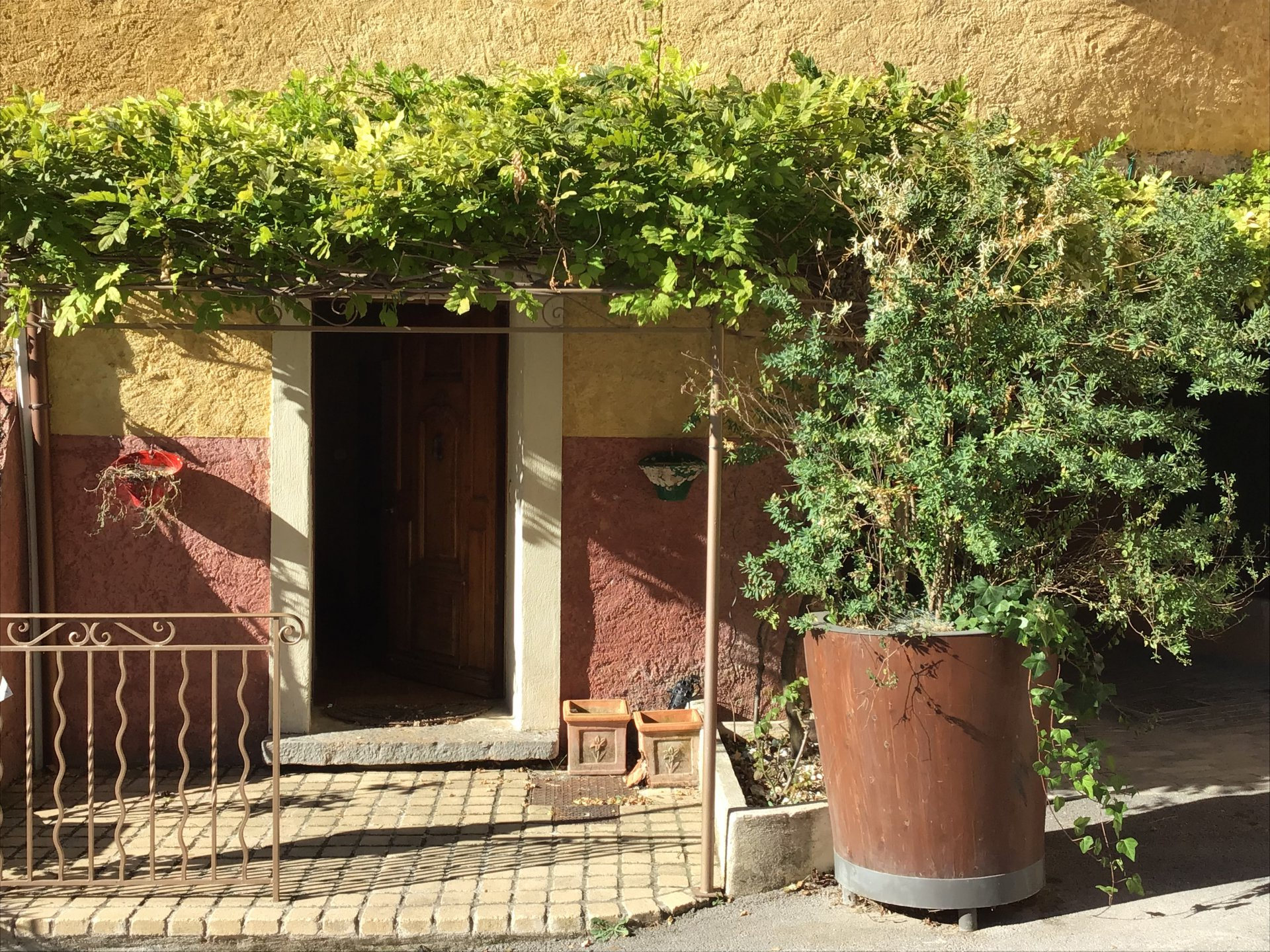 In the heart of the village with a Tropezienne terrace
