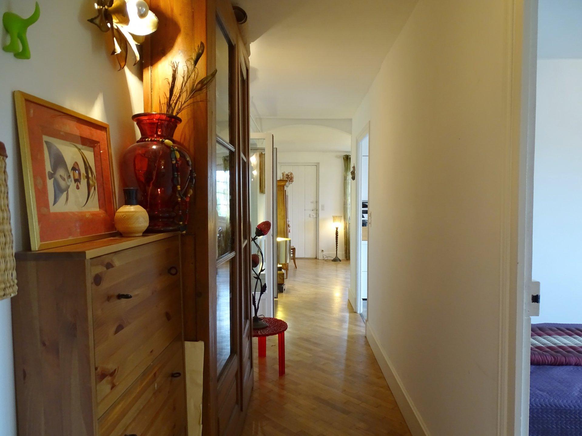 Mâcon, proche des commerces et écoles, venez découvrir cette belle maison rénovée offrant une surface habitable de 150 m² environ. Elle dispose d'une agréable pièce de vie, une cuisine équipée, 3 chambres, une salle d'eau, toilette ainsi qu'une grande terrasse de 50 m² à l'étage. Au rez-de-chaussée, vous trouverez deux appartements de 31.5 m² et 36 m² (possibilité de les réunir). Ils disposent d'une chambre, une salle d'eau, toilette, ainsi qu'une cuisine/kitchenette. Aucun travaux à prévoir, prestations de qualités: panneaux solaires, chaudière gaz à condensation, faibles consommations énergétiques, double vitrage, toiture de 2007, isolation des combles etc... Le tout est implanté sur un terrain clos de 1550 m². Honoraires à la charge du vendeur.