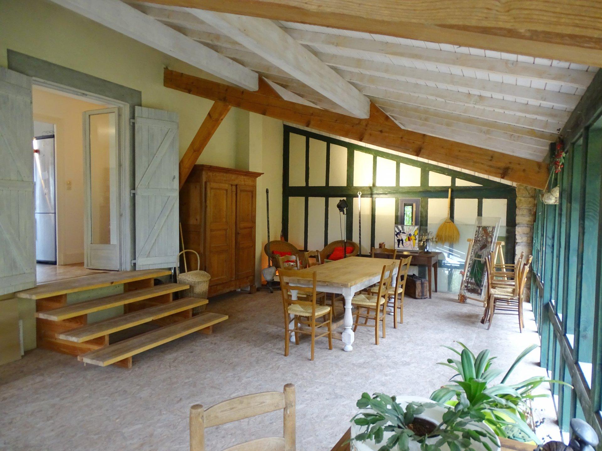 Mâcon, proche des commerces et écoles, venez découvrir cette belle maison rénovée offrant une surface habitable de 150 m² environ. Elle dispose d'une agréable pièce de vie, une cuisine équipée, 3 chambres, une salle d'eau, toilette ainsi qu'une grande terrasse de 50 m² à l'étage. Au rez-de-chaussée, vous trouverez deux appartements de 31.5 m² et 36 m² (possibilité de les réunir). Ils disposent d'une chambre, une salle d'eau, toilette, ainsi qu'une cuisine/kitchenette. Aucun travaux à prévoir, prestations de qualités: panneaux solaires, chaudière gaz à condensation, faibles consommations énergétiques, double vitrage, toiture de 2007, isolation des combles etc... Honoraire à la charge du vendeur.