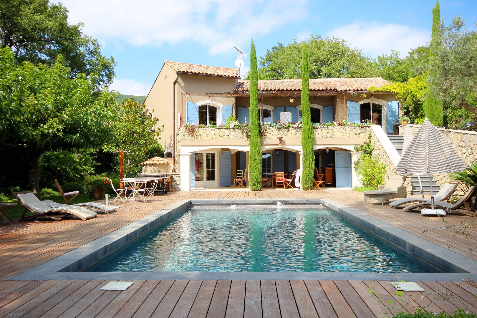 Provencal modern villa of quality in peace with view