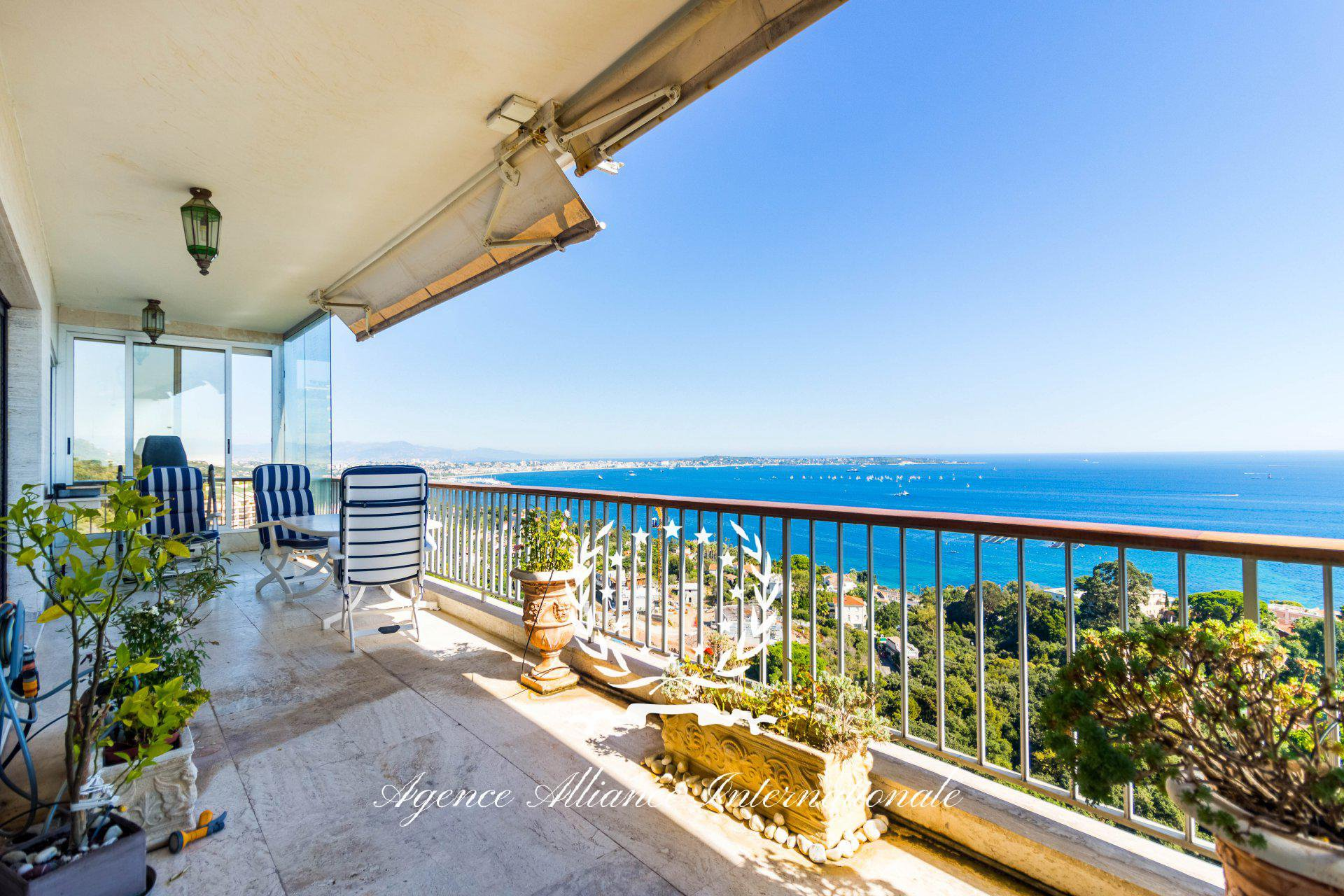 Exceptional Penthouse 5 Rooms 170m2 with 130m2 Terrace in Cannes Californie