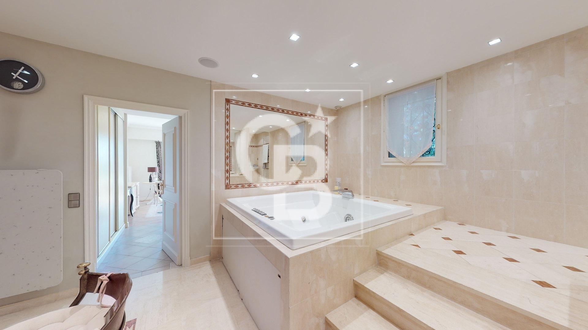 Villa dans domaine fermé sur les hauteurs de Cannes - vue Mer