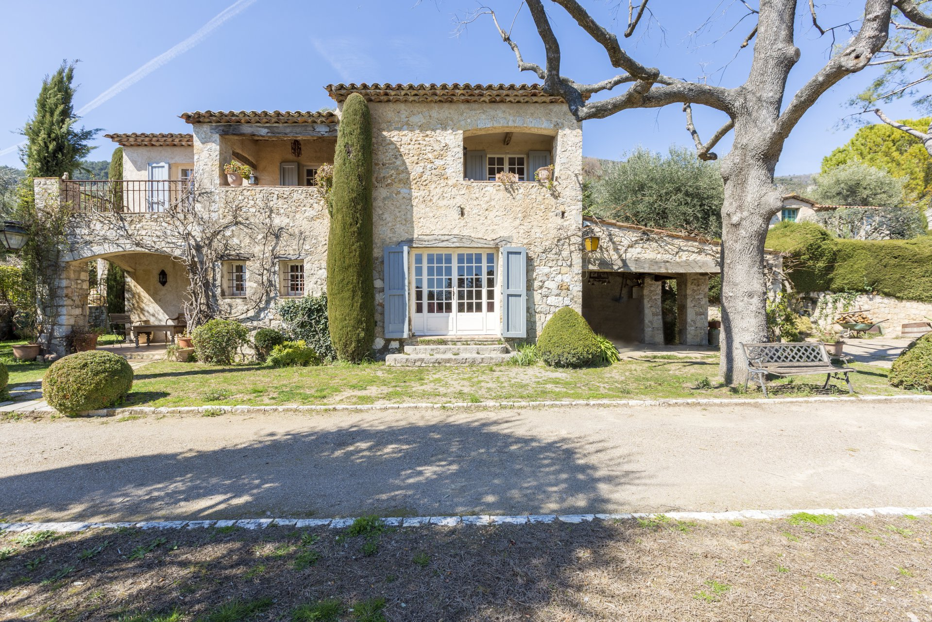 One property, 2 stone bastides