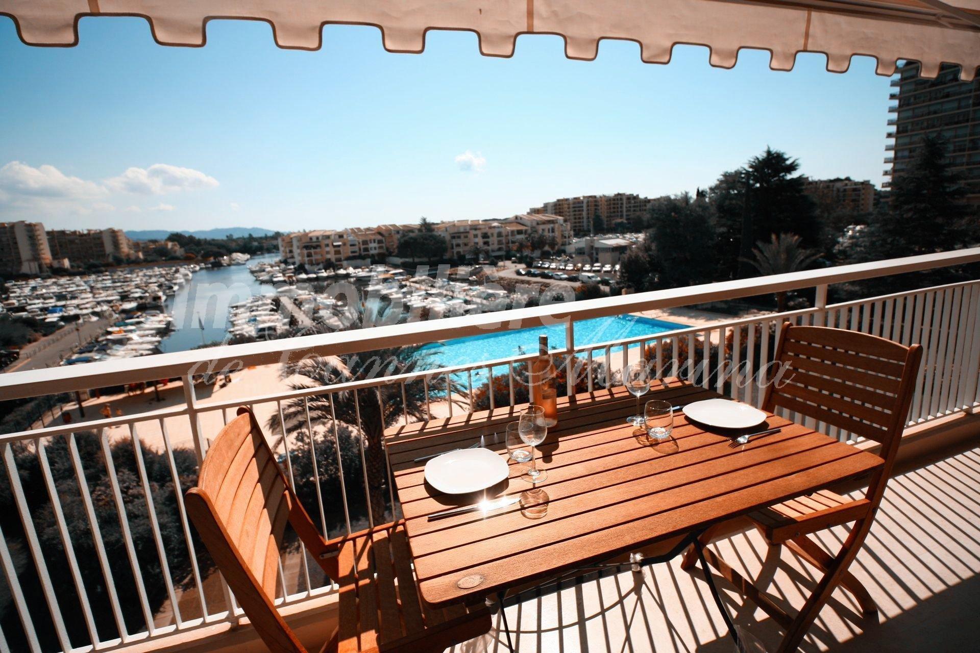 Superbe appartement en PARFAIT ETAT bénéficiant d'une merveilleuse vue PANORAMIQUE sur la Marina