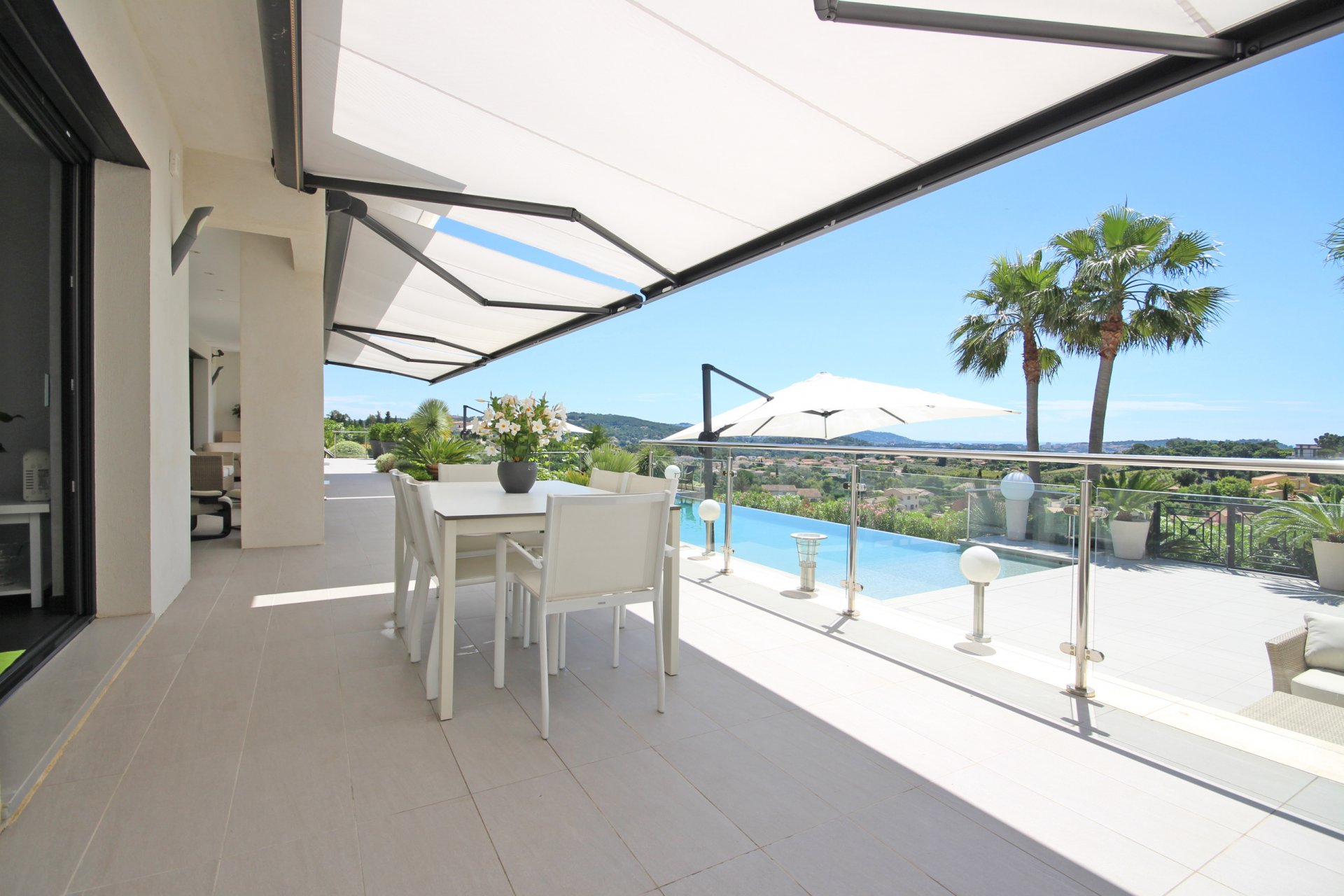 Sea view - Bright contemporary villa of 300 sqm