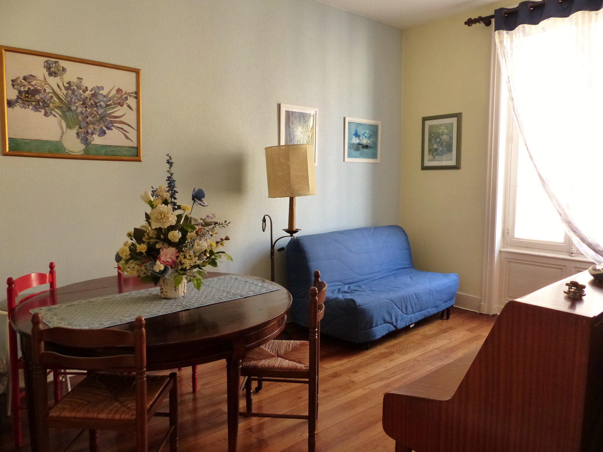 A deux pas du centre, ce T4 de 80 m² environ offre un certain charme grâce notamment à ces beaux parquets dans le séjour avec une pose en point de hongrie et ces belles hauteurs sous plafond. Il se compose d'une grande cuisine de presque 14m², un salon (possibilité d'en faire une chambre) plus un séjour, de deux chambres et d'une salle de douche plus Wc indépendants. Aucun voisin au dessus, bonne exposition et au calme. Vendu avec cave, grenier et possibilité de louer une place de parking à proximité. Honoraires à la charge du vendeur. Bien soumis au régime de la copropriété et comprenant 10 lots. Charges courantes annuelles de 591 ?.
