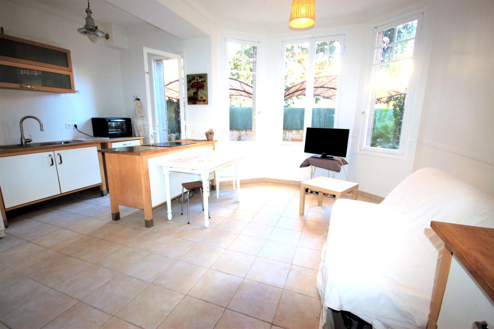 AJC IMMOBILIER offers in Cannes Prado in Exclusivity, vast 4 rooms in ground floor in absolute calm ...