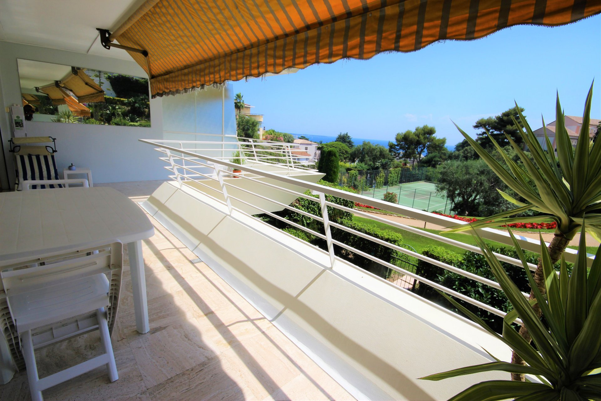 CANNES LOVELY 2 bedrooms appartment for sale with swimming pool and sea view