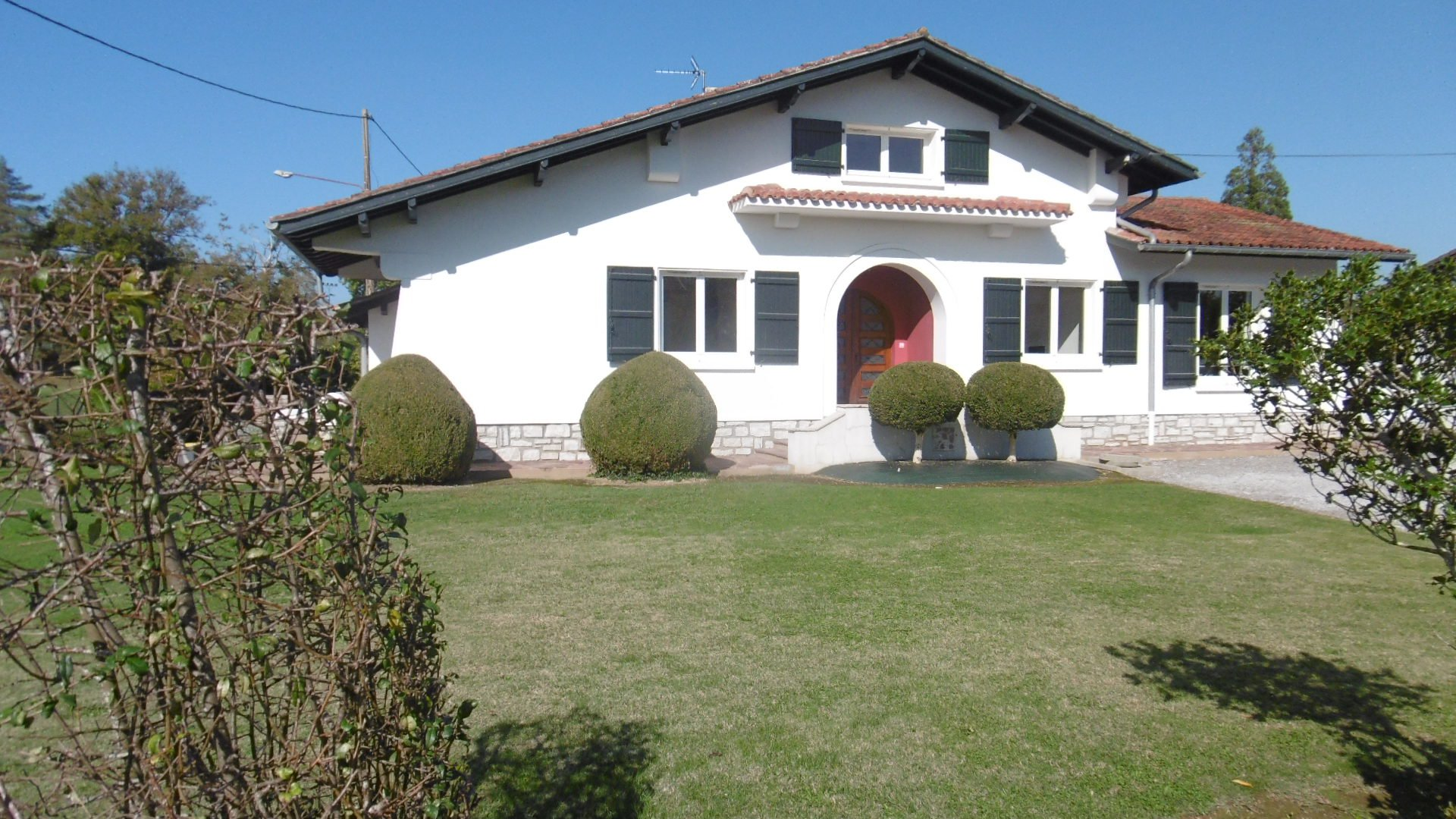 An attractive villa in excellent condition, near town centre