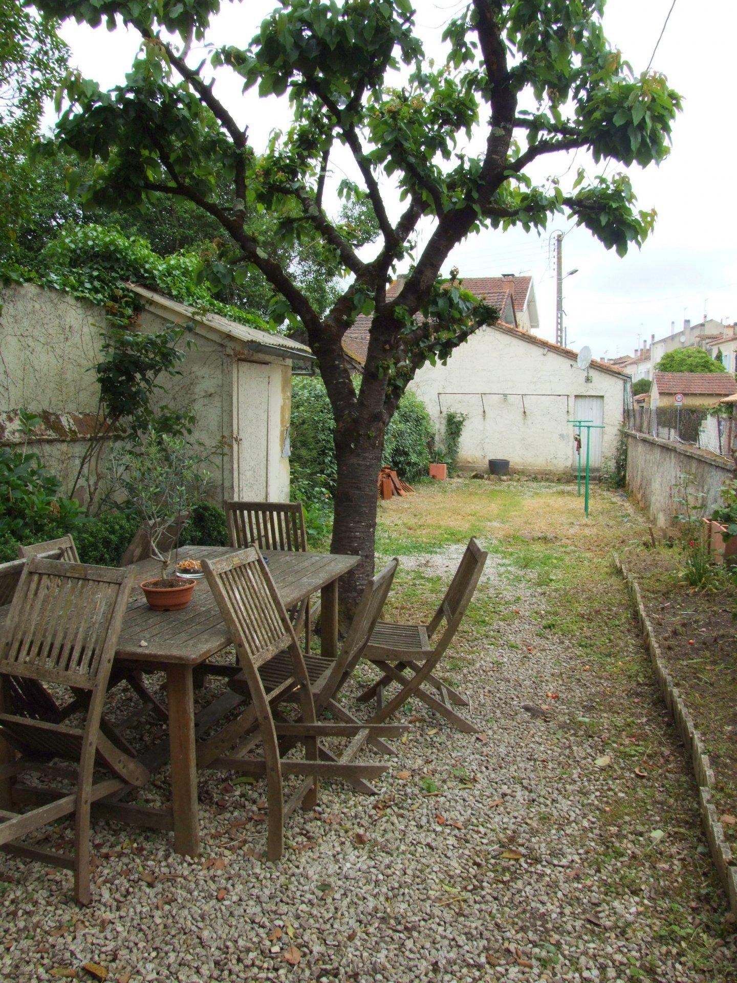 Maison Bourgeoise en Pierres jardin et garage