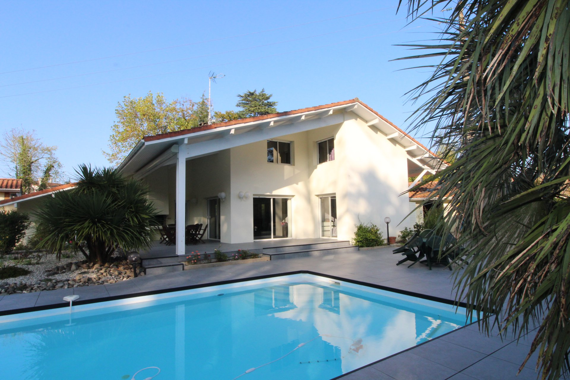 Attractive modern house with pool, close to commerce