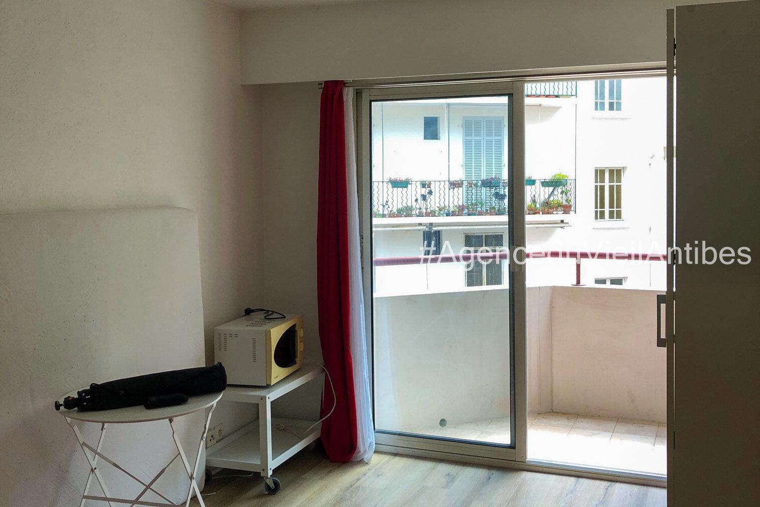 Centre ville studio de 20 m² + balcon + Cave loué meublé à l'année