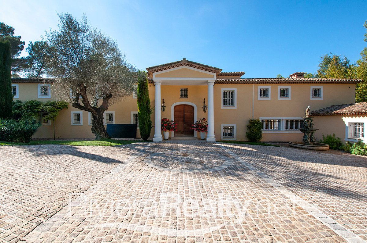 9 Bedroomed Luxury Villa Set in 0.9 hectares of Land