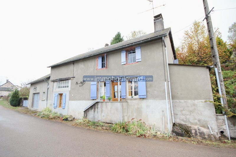 Spacious detached house in good condition in a small hamlet